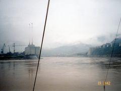 ◆三峡ダム  出港して一時間程で、建設中の三峡ダムに到着。