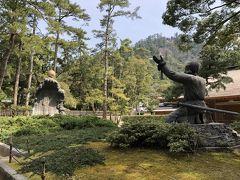 ムスビの御神像です.オオクニヌシノミコトが神さま(大国主大神)になる前の修行中の出来事(魂を戴く様子)を表現しているようです.