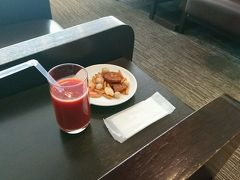 1泊2日で熊本に行ってきました。 始まりは羽田空港のサクララウンジ。 トマトジュースとお煎餅。