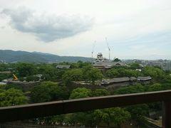 チェックアウト後は熊本城を熊本市役所から眺めます。