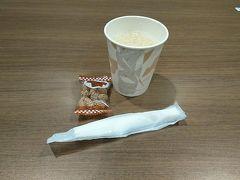 ランチの後は福岡空港にあるカードラウンジ「くつろぎのラウンジTIME」へ。 ジュースとお菓子で時間調整。