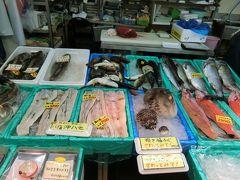 八食センターの中に入ってみます。 ここはたくさんの海産物などが売られています。