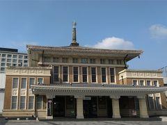 奈良駅に隣接している「観光案内所」。旧奈良駅駅舎です。寺社を思わせる屋根に「相輪」(屋根の上のリングの塔)もあって、いかにも古都の雰囲気あります。取り壊さずに、案内所として使用している点も良いなーと思います♪(^o^)