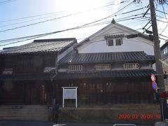『鞆の津の商家』https://tomonoura.life/spot/13526/ は、江戸時代の古い商家の間取りがのこる母屋と、明治期に増築された土蔵からなる建物で市の重要文化財に指定されています。