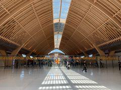 そして空港に到着。到着時には気づかなかったけど、建築物としても美しい空港でした!この線対称感すき!