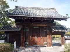 まずは旧山口藩庁門へ。