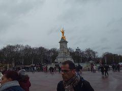 バッキンガム宮殿に行きました。人が去年に比べたら人がだいぶ少なかったです。