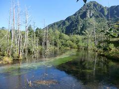 14:11 「岳沢湿原」です。 展望ウッドデッキがあり、絶好の撮影ポイントです。。 正面に見える六百山(標高2450m)と立ち枯れの木、澄んだ湧水が何とも趣のある風景を創り出しています。