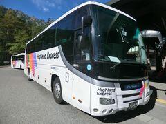 このバスに乗ります。  おっ! 曰野セレガのスーパーハイデッカー車。 貸切仕様の中二階バスです。 これは、滅多に乗れないバスですよ。  では、乗りましょう。  ①アルピコバス.平湯温泉行 上高地BT.15:00→平湯温泉.15:25 ※運賃:1,160円