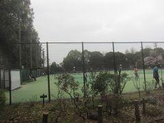公園のテニスコートではこのご時世でもテニスしてる人がいました  公共の施設でも閉鎖してないんですね