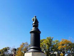 大村益次郎。どちらかというと村田蔵六の方がしっくりする。明治陸軍の創設者ですが、自分の作った軍隊が海外に行くとは思ってもみなかったと思います。司馬遼太郎の本で読んだことがあります。  以下、靖国神社のホームページよりーーーーー 近代日本陸軍の創設者で?・國神社の創建に尽力した大村益次郎の銅像は、明治26年(1893)、日本最初の西洋式銅像として建てられました。