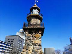 灯篭のようでした。由来とか調べたら↓のようでした。  以下、千代田区観光協会のホームページよりーーーーー 靖国神社正面の常夜灯として明治4年(1871)に建設されました。靖国神社(当時は東京招魂社)に祭られた霊のために建てられたといわれています。正式には高燈篭といいますが、常燈明台ともいわれています。当時、九段坂の上からは、遠く筑波山や房州の山々まで見渡すことができ、品川沖を行きかう船にとっては大変良い目印として灯台の役目も果たしました。当初は靖国通りをはさんで反対側に建てられていましたが、道路の改修に伴い昭和5年(1930)に現在地に移転しました。