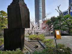 少し行くと乃木公園です。ベンチもあるので桜を眺めたりゆっくりできました。