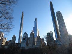 Fulton St.駅からメトロのA・C線でセントラルパーク南西端にある59 St. - Columbus Circle駅へ。セントラルパークの南端からはペンのように細長い高層ビルの景観が眺められる。