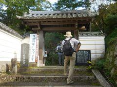 14:10 笠置寺の山門に到着。1300年前に東大寺の修行僧により笠置山の大岩石に仏像が彫られて以来、山全体が一大修験道場として栄えました。