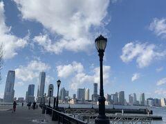 ここからのにハドソン川がみたくてニューヨークに来たと言っても良いくらい。大好きな風景です。強めに吹く気持ちよい風で不安な気持ちがすっ飛びます。٩( ᐛ )و