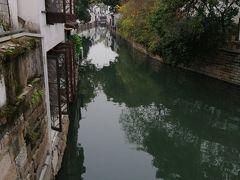 蘇州は、「水の都」とか「東洋のヴェネツィア」とか言われるほど街中に水路が張り巡らされ水と緑の豊かな街ですね。ここ辺りは最も古い街並みが残っている「平江歴史街区」。写真の様なこういう風景はどこにもありますね。同得興から散歩しながら、時間の都合で「獅子林」を横目に「拙政園」へ。