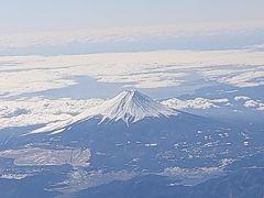 やっぱり飲んで乗ったので離陸前に即寝~  機内食サービスで目が覚めたらちょうど富士山が見えました。