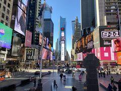 午前中のタイムズスクエア。 3月ですが、朝のニュースでは50℉となっていてはて?何度なのかわからないけど昨日の数字と比べたら低いのでマスク代わりでマフラーと手袋して外出。正解でした。