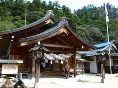 真名井の社家通り・北島国造館 出雲教  国造とは、古代日本における地方宮の職名で、「くにのみやっこ」と呼ばれていましたが、大化の改新以降、出雲大社の祭祀を司る名誉職としてその名が残り、「こくそう」と呼ばれて今に至っています。 と言う事で、ここは北島家が運営する宗教施設なのです。