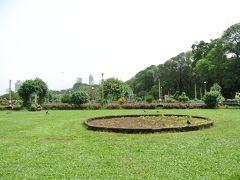 行程には入っていませんでしたが、ガイドさんが連れてきてくれたのが、マラバー  ヒルにある空中庭園。イギリス植民地時代に造られた公園で、動物型に刈り込まれ  た植木があったり、とてもよく手入れされており、訪問時も多くのスタッフが作業  をしていました。