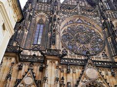 聖ヴェート大聖堂、圧巻です・・ 塔の高さは96mもあり、これはヨーロッパの中でも有数の高さ。 とても、このパチリ!で収まりきるものではありませんでした。 それと、青空は消えた・・