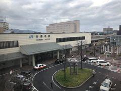 ホテルの部屋の窓から見えるJP西日本 出雲市駅南口です.ホテルで朝食はとらず,出雲市駅内にある美味しいパン屋さんで朝食を買うことにしました. 8時頃にチェックアウトしました.