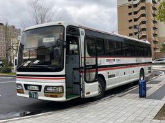 出雲空港連絡バスが来ました.バスの脇にぽつんと置いてあるのはみさぱぱのスーツケースです.この後バスは,みさぱぱ夫婦を乗せて貸し切り状態で定刻に出発しました.
