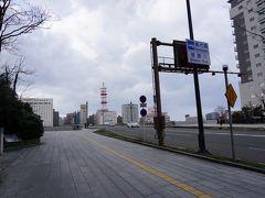 昼食を終えてから歩いて「中央区本町通り」を目指します。信濃川に架かる「萬代橋」まで来ると強風で飛ばされそうです。当然、歩いている人は少なかったです。