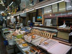 センター内にある「鈴木鮮魚店」です。ここで部屋呑み用の刺身を買います。貝を含んだ盛り合わせで注文しました。出来上がるまでの間に店員さんと話すと『普段は試食用の商品が出してあるけど、コロナで・・・お客さん、残念ね!こっちも味を確認してもらった上で販売したいのにね、残念!』とのこと。これも影響、その七です。