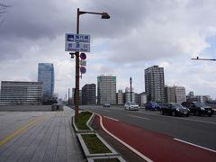 今度は、反対側の歩道で信濃川を渡ります。依然として強風です。