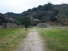 山中御殿跡。月山中腹にある、城主の居館があったとみられる場所で、周囲を石垣に囲まれた広大な曲輪です。月山富田城の中心施設があったのではとみられています。