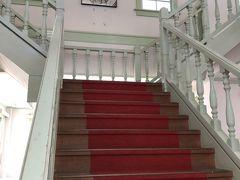 内部は自由に見学できます。階段がとってもレトロ。