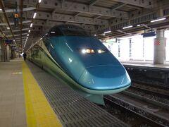 とれいゆつばさは、秋田新幹線で運用されたE3系R18編成を改造した観光列車です。こまち時代と同じ6両編成で、ここでは単独運用ですが、なぜか号車振りは東北新幹線と併結していた、こまち時代と同じ、11~16号車になっている。  福島方から11号車が座席指定車。12~14号車がお座敷風ボックス席、15号車がバーカウンターを併設した湯上りラウンジ、16号車が足湯。という編成。足湯は別料金で基本、旅行商品の利用者用だが当日、空きがあれば車内で足湯券を買うことも可。全車指定席。自由席はない。  今回我々が乗るのは、12号車お座敷指定席。
