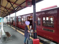 改札を抜けると向こうに赤い列車が待っていた。肥薩線の産みの親の名前を使った観光列車「いさぶろう・しんぺい号」だ。さっそく指定席に乗車する。