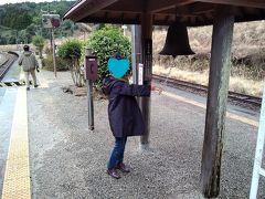 12:02 真幸駅に到着。5分停車するというので下車。ここは肥薩線で唯一の宮崎県になる。宮崎県ではじめてできた駅だそう。幸せに応じて鳴らすという鐘があった。「真幸」は真のしあわせと書くので入場券はお祝いに喜ばれることで人気の駅。せっかくだから幸せの鐘を鳴らす。