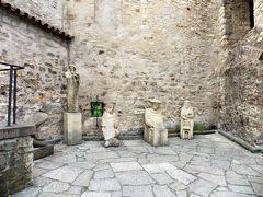 ダリボルカ塔の前。不可思議なオブジェ・・  プラハ城の闇の部分、それが「ダリボルカ塔」。塔の名前は、最初に投獄された騎士ダリボルに由来するのだとか。