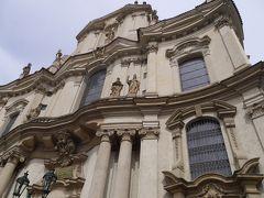 聖ミクラーシュ教会.  「聖ミクラーシュ教会は、もともとはゴシック様式の教会として13世紀に建てられました。その後17世紀に改修され、現在の壮麗なバロック様式の教会へと生まれ変わったのです。実はプラハには、聖ミクラーシュ教会と名前の付く教会が2つあります。もう一つは旧市街広場にあり、こちらの教会は区別するために「マラーストラナの聖ミクラーシュ教会」とも呼ばれているんです。」 だそうです・・