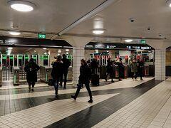 地下鉄 ストックホルム中央駅駅改札口 自動改札機の入場側は緑、出口側は赤で表示されていてとても分かりやすい!
