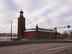 橋の向う側にストックホルム市庁舎が見えてきた。