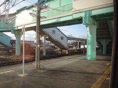 北山形。山形を目前にして運転停車。  ここでとれいゆつばさより新庄を17分遅く出た、つばさ150号、東京ゆきを退避するそうです。15分も停まります。  特急に抜かれる特急。観光列車ゆえに「特に急がない列車」なのです。