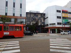 大街道周辺は四国最大の繁華街で、松山の人にとってはグルメやショッピングの拠点です。なおアーケ-ドは、道幅が広く(15m)、天井は13mで長さは約480mもあります。 また松山らしい「俳句ポスト」が、大街道二丁目と三丁目に設置されていますので、一句ひねって投函してください。