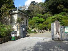 銀次郎から「坂の上の雲ミュ-ジアム」を右に見て約4分で「萬翠荘」の入り口に到着。萬翠荘は、1922年(大正11)に旧松山藩主の子孫(久松氏)の別荘として建てられた洋館です。また坂の上の雲ミュ-ジアムは、司馬遼太郎の小説をテーマにしたミュ-ジアムです。秋山兄弟と正岡子規を主人公とした小説でNHKで放送されました。