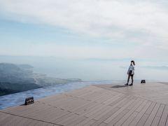 『琵琶湖テラス』到着 !!  少し曇ってたのが残念だったけど、 それでも琵琶湖を一望できました  平日で人も少なかったのでよかったです ◎  景色はめっちゃきれいです 思ってたよりテラスも広くて標高も高かったので大満足(*^^)v     ※琵琶湖テラスまでは、志賀駅からバスでロープウェイ乗り場へ  ロープウェイに乗って山頂駅まで行きます  ※ロープウェイは二千円弱お金かかりました...