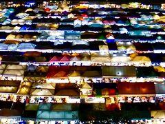 【ラチャダー鉄道市場 Train Night Market Ratchada】  でも...意外に...  大した光景ではありませんでした....なんか、屋根の色が変わっちゃったのかなぁぁ...それとも、みなさんの写真がだいぶん加工されているのかなぁぁ....