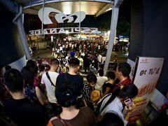 【ラチャダー鉄道市場 Train Night Market Ratchada】  マーケット側の出口は、大混雑....