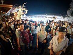 【ラチャダー鉄道市場 Train Night Market Ratchada】  oooooooooh.........もう、大陸の団体さんが入口で、いくつもモタモタしているので、めちゃ混み~~!