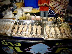 【ラチャダー鉄道市場 Train Night Market Ratchada】  でた...イカの姿焼き....日本の夏、日本お祭りとおんなじですね....