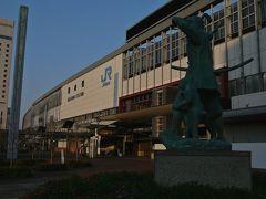桃太郎像と岡山駅・・