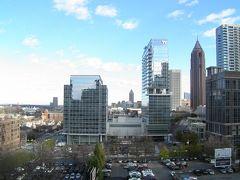 今日は8時半起きで、ホテルの朝食をとる。窓の外を見ると青空がのぞいている。